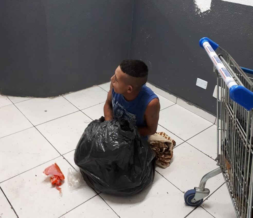 Homem tentou fugir em um saco de lixo, mas foi descoberto por um funcionário da limpeza  (Foto: Divulgação/Polícia Civil )