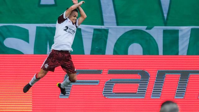 Michael salta para comemorar o terceiro gol do Flamengo diante do Palmeiras