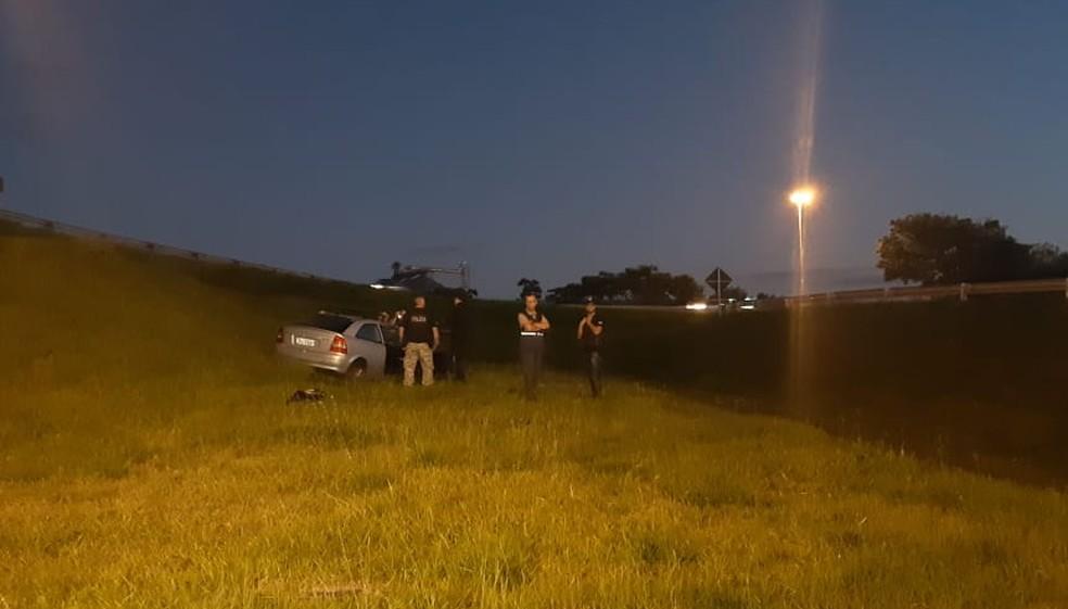 Cadeirante foi encontrado morto próximo a um carro em canteiro da freeway, em Porto Alegre — Foto: Zete Padilha/ RBS TV