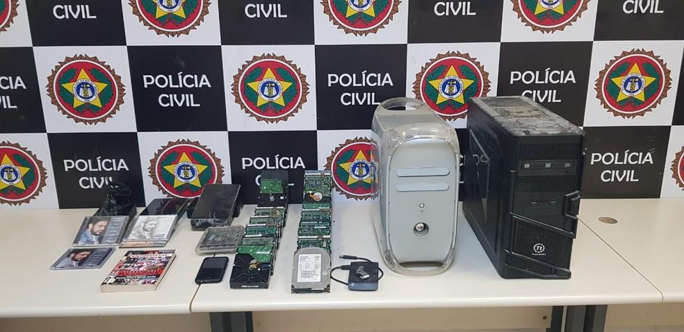 Polícia apreendeu cds, celulares e Hds em estúdio em Botafogo — Foto: Reprodução/Arquivo Pessoal
