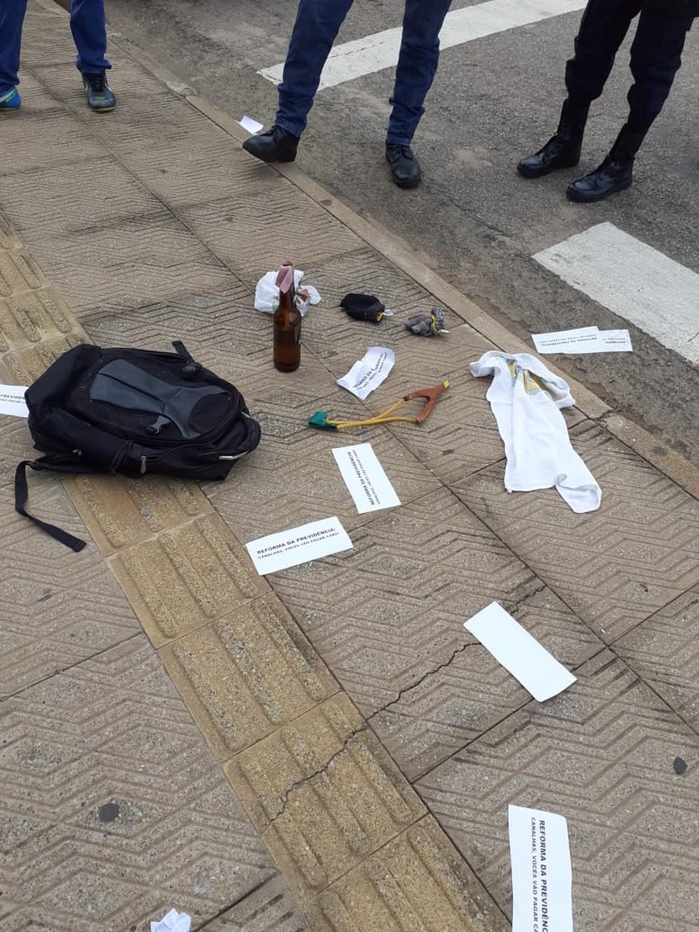 Objetos achados na frente da agência do INSS em Porto Velho — Foto: Reprodução