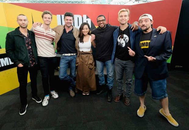 O elenco de The Boys: Chace Crawford, Jack Quaid, Karl Urban, Karen Fukuhara, Laz Alonso e Anthony Star com Kevin Smith (Foto: Getty Images)