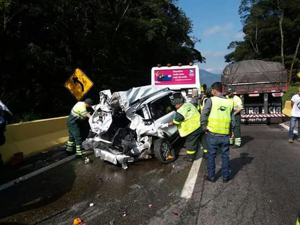 Carros atingidos ficaram destruídos com a colisão (Foto: Helena Silva/Arquivo Pessoal)