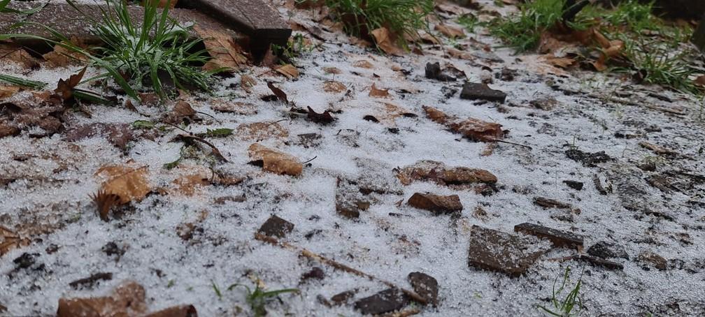 Neve e chuva congelada foram registradas nesta segunda-feira (28) em SC — Foto: Mycchel Leganghi/São Joaquim Online