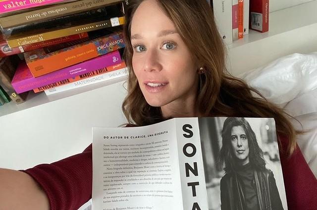 Mariana Ximenes e seus livros da quarentena (Foto: Reprodução)