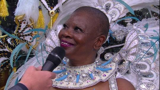 Pinah se emociona ao ser homenageada em desfile sobre os 70 anos de Beija-Flor