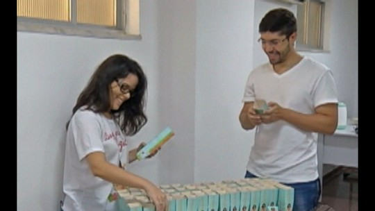 Mais de 100 voluntários se únem para confeccionar porta-velas distribuídos na Trasladação