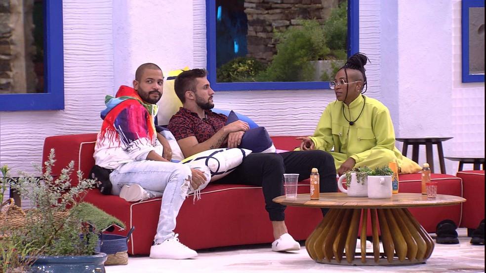 Arthur conversa com Projota e Karol Conká — Foto: Globo