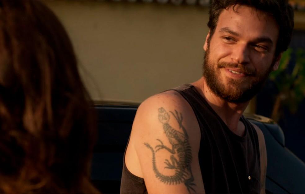 cEm 'A Força do Querer', Rubinho (Emilio Dantas) fala com Carine (Carla Diaz) no telefone quando Bibi (Juliana Paes) aparece — Foto: Globo