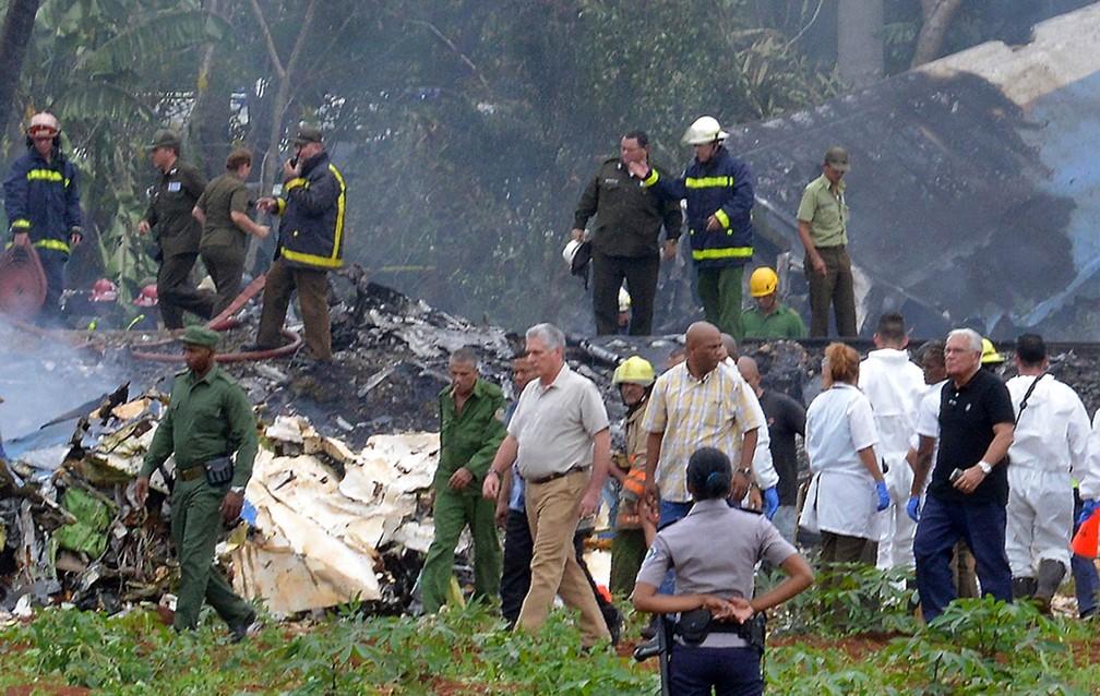 O presidente de Cuba, Miguel Diaz-Canel, acompanha ação dos bombeiros no local do acidente aéreo em Havana (Foto: Adalberto Roque/AFP)