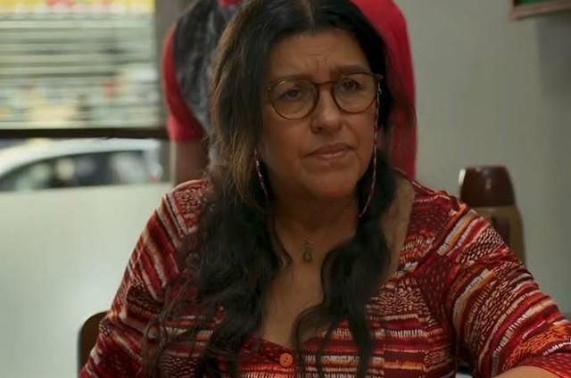 Regina Casé é Lurdes em 'Amor de mãe' (Foto: Reprodução)