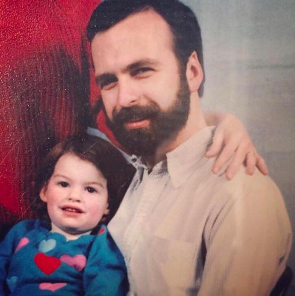Anne Hathaway e o pai, em foto antiga postada no Instagram (Foto: Reprodução / Instagram)