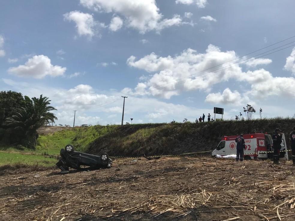 Carro saiu da pista e capotou em um morro na BR-101, no Cabo de Santo Agostinho, no Grande Recife â?? Foto: PRF/Divulgação