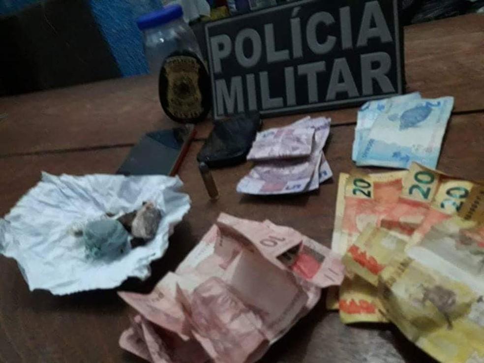Porções de droga e dinheiro foram apreendidos com o grupo preso por matar o jovem (Foto: Divulgação)