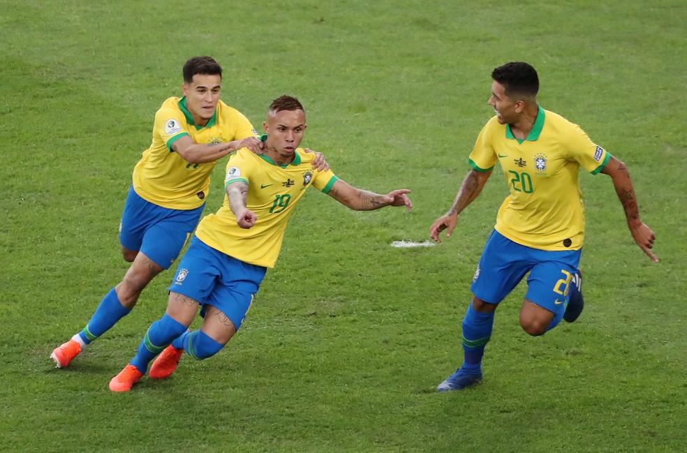 Everton marcou o primeiro gol na final da Copa América sobre o Peru — Foto: Sergio Moraes/Reuters