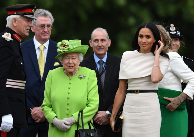 WIDNES, CHESHIRE, ENGLAND - JUNE 14:  Queen Elizabeth II and Meghan, Duchess of Sussex arrive to open the new Mersey Gateway Bridge on June 14, 2018 in the town of Widnes in Halton, Cheshire, England. Meghan Markle married Prince Harry last month to becom (Foto: Getty Images)