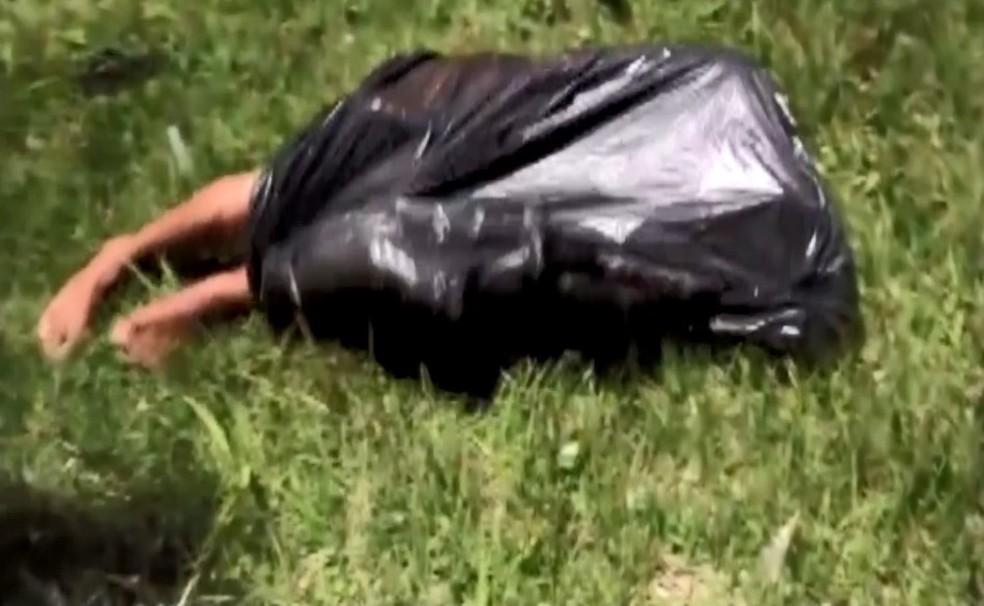 Homem estava dentro de saco plástico na orla da praia — Foto: Reprodução