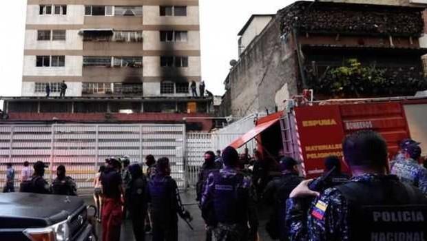 Bombeiros disseram que o incidente foi, na verdade, uma explosão de gás num prédio próximo ao local onde Maduro discursava (Foto: AFP/Getty Images via BBC)