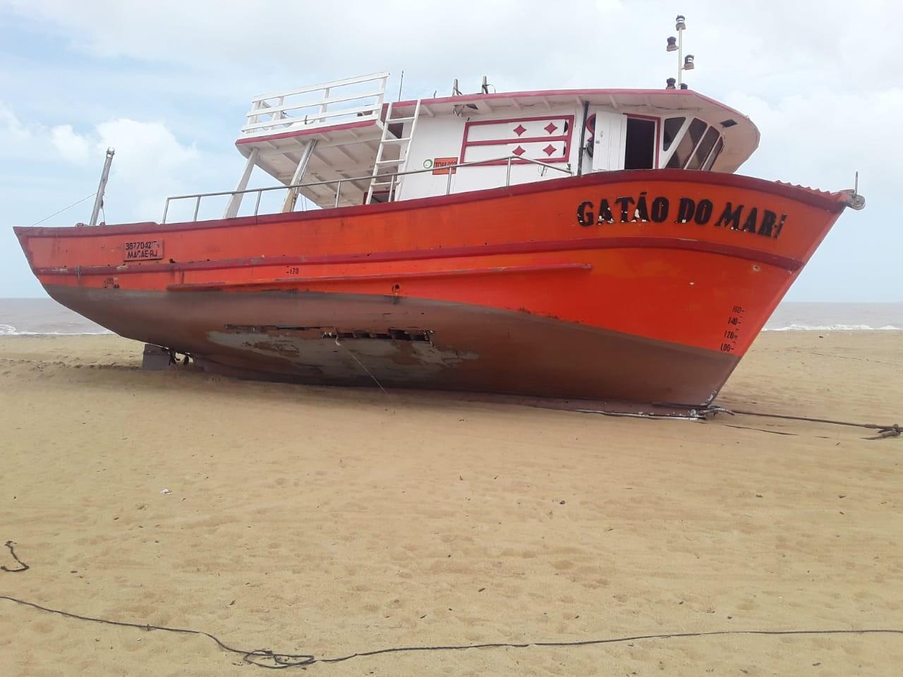 Barco de pesquisa que encalhou é retirado de praia em Linhares, ES
