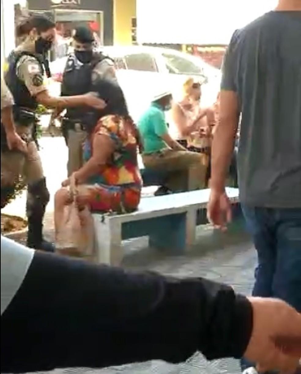 Primeiro tapa da policial militar na mulher em Formiga — Foto: Reprodução/Redes sociais