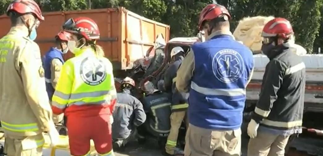 Motorista tenta desviar de carro e bate em caminhão no acostamento da BR-277, em Foz do Iguaçu