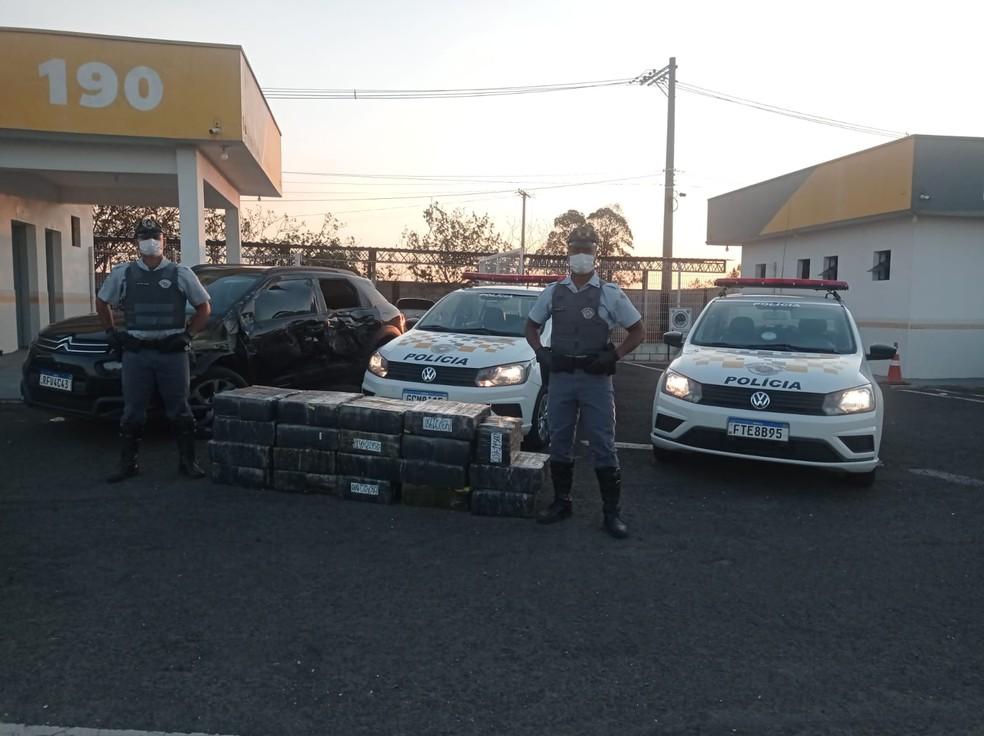 Maconha apreendida estava dentro do porta-malas e no interior do veículo em Botucatu (SP) — Foto: Polícia Rodoviária/ Divulgação