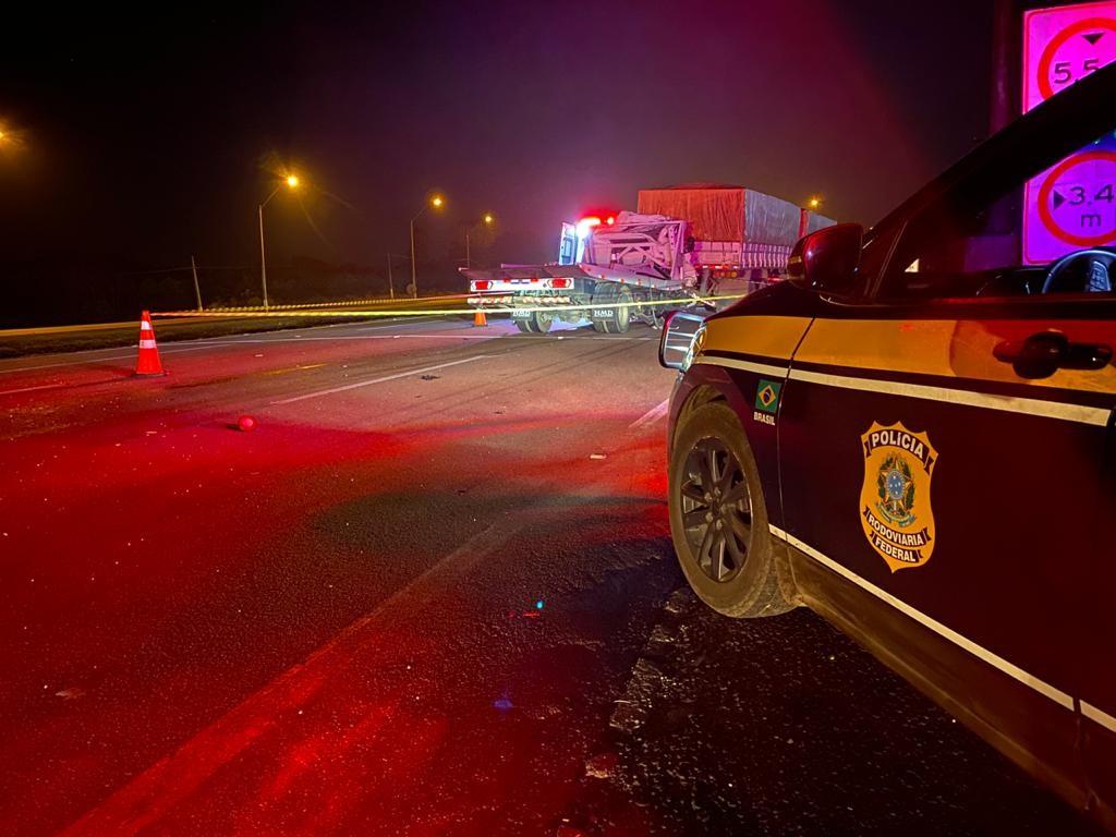 Duas pessoas morrem após batida entre dois caminhões na BR-277
