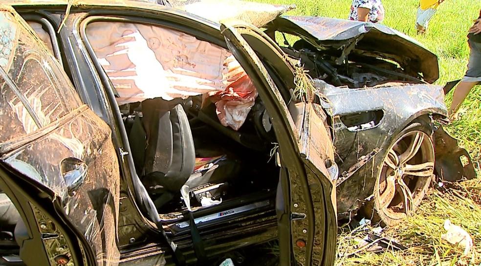 Três morreram e dois ficaram feridos após BMW M5 capotar em avenida de Franca (Foto: Paulo Souza/EPTV)
