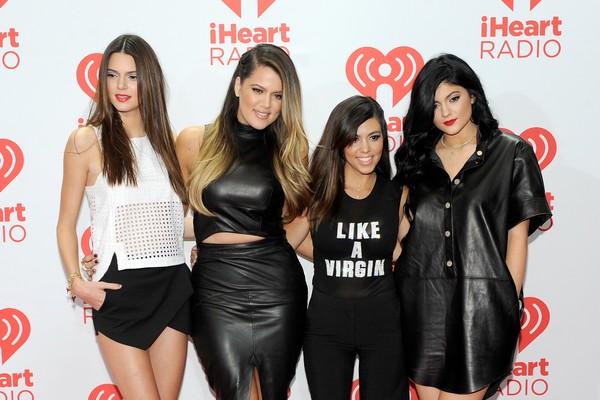 Ao lado de Kendall, Klhoé, Kourtney e Kylie (de preto) deixaram ser seguir West após o seu apoio ao atual mandatário norte-americano (Foto: Getty Images)
