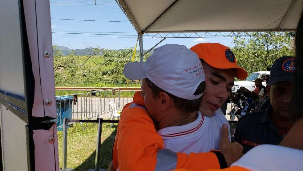 Tenente Pedro Aihara recebe abraço de Joceli Andreoli, integrante do Movimento dos Atingidos por Barragem — Foto: Raquel Freitas/G1
