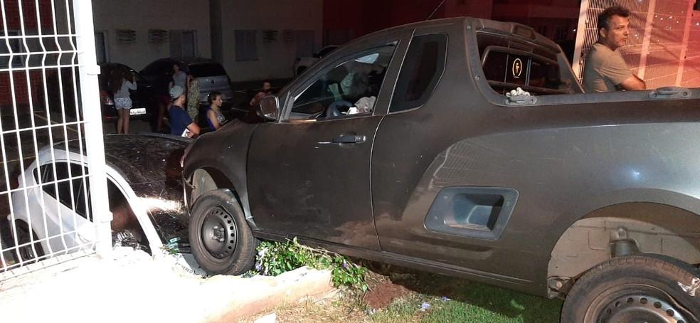Parte de muro é destruído após colisão de carro, em Campo Grande. — Foto: Flávio Dias/G1 MS