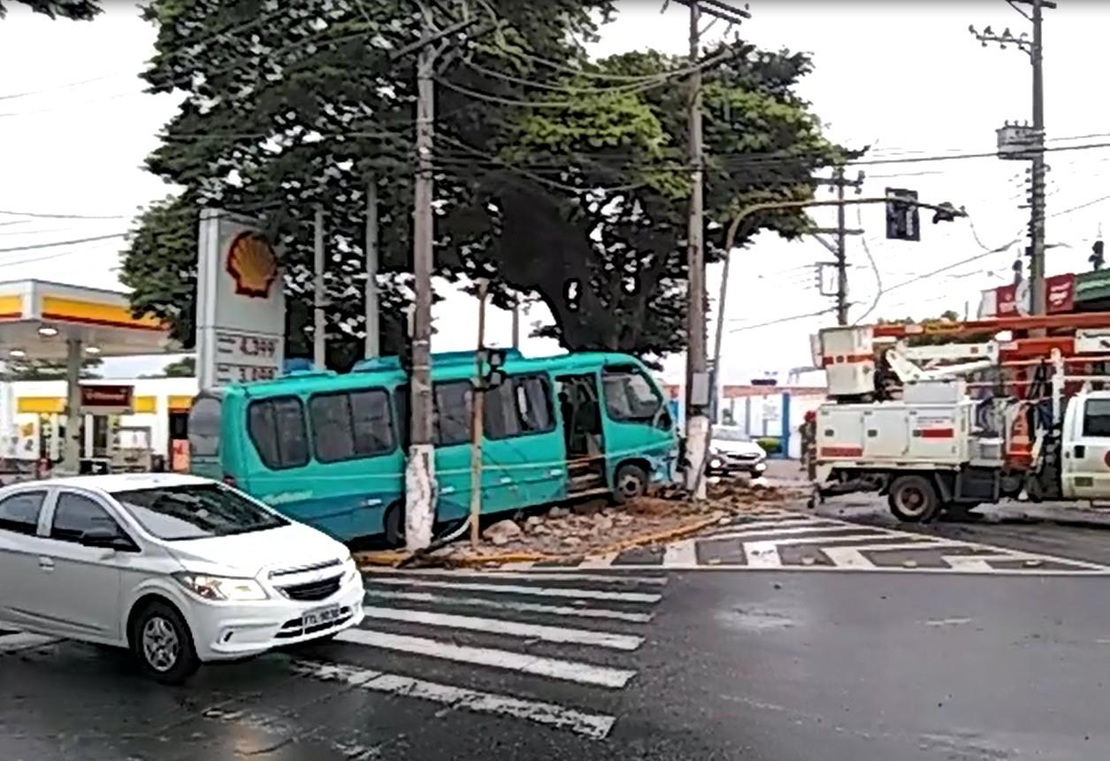 Ônibus desgovernado invade calçada e bate em postes no Centro de Jacareí