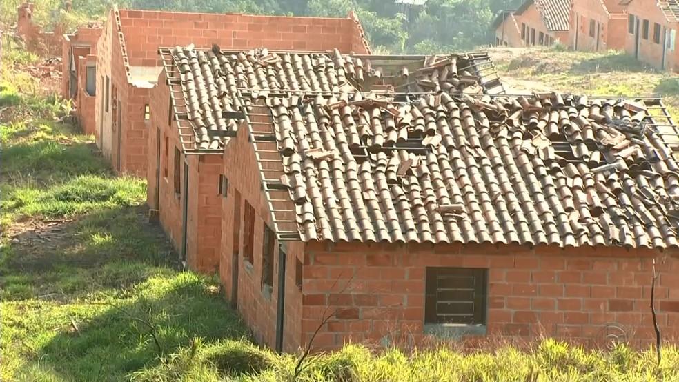 Algumas casas ficaram destelhadas depois do vendaval que atingiu a cidade em junho de 2016 (Foto: Reprodução/TV TEM)