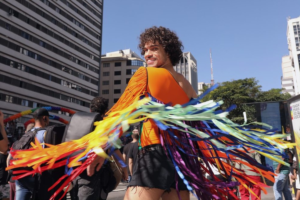 Público usa roupas com as cores do arco-íris — Foto: Celso Tavares/G1