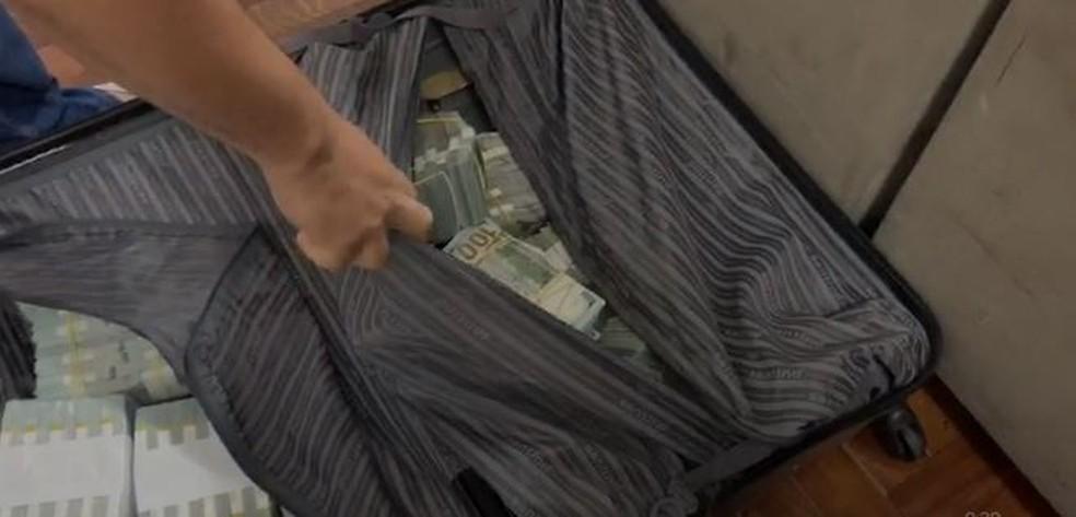 Dinheiro foi encontrado dentro de mochilas e malas — Foto: Polícia Federal