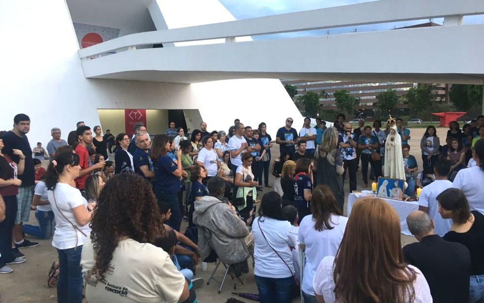Grupo de católicos reunidos no Museu Nacional da República em Brasília em prostesto contra expo~sição de arte (Foto: Luiza Garonce/G1)