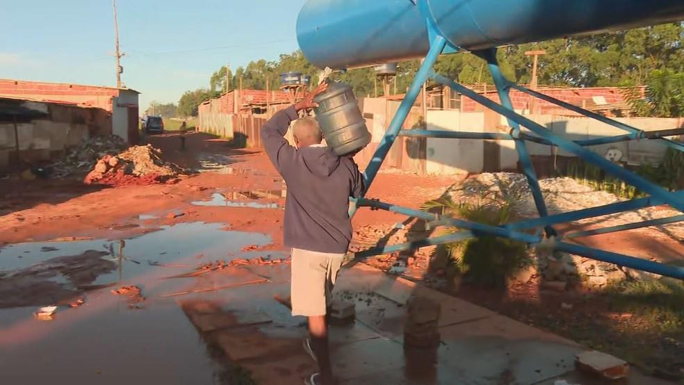 31 de março de 2020 - Ponto de distribuição de água da Caesb em Santa Luzia, na Estrutural — Foto: TV Globo/Reprodução