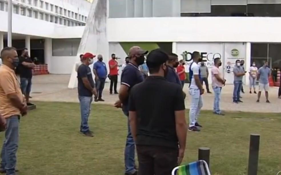 Motoristas de van cobram liberação do transporte na porta da Assembleia Legislativa de Goiás — Foto: Reprodução/TV Anhanguera