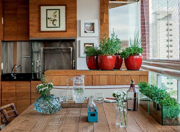 A horta em vasos fica na varanda gourmet projetada pela designer de interiores Cilene Monteiro Lupi (Foto: Edu Castello/Casa e Jardim)