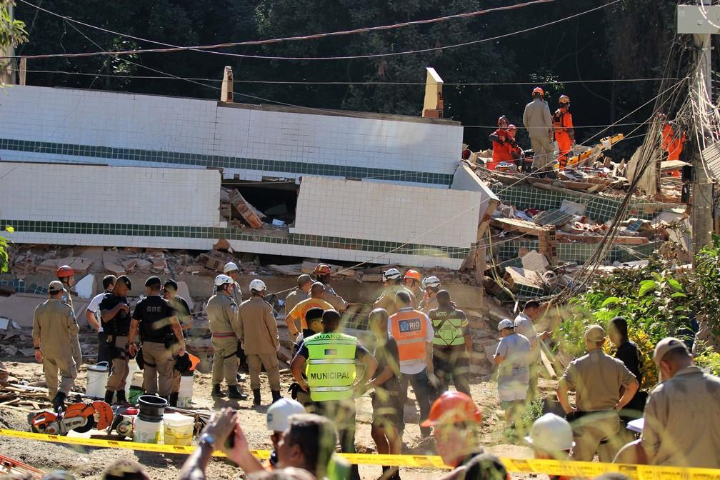 Equipes de resgate trabalham na área onde prédios desabaram no Rio — Foto: Jose Lucena/Futura Press/Estadão Conteúdo