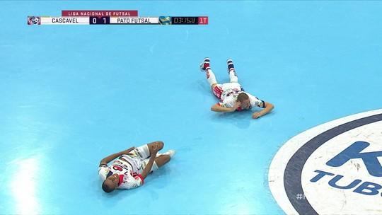 Jogadores do mesmo time se chocaram durante a partida e foram atendidos