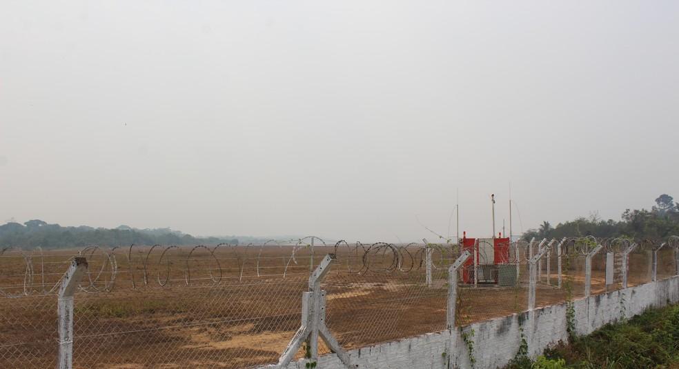 Pista do aeroporto de Porto Velho segue encoberta de fumaça — Foto: Jheniffer Núbia