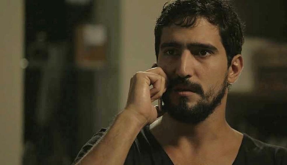 Jamil (Renato Góes) recebe ligação de Dalila (Alice Wegmann): felicidade com dias contados?  — Foto: TV GLOBO