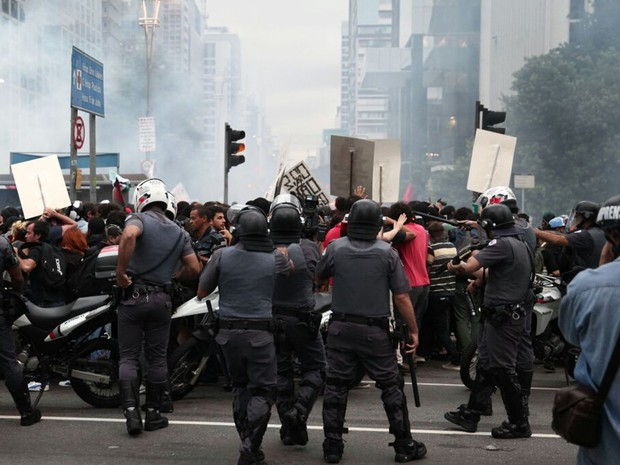Polícia lança bomba contra manifestantes na Avenida Paulista (Foto: Marcelo Brandt/G1)