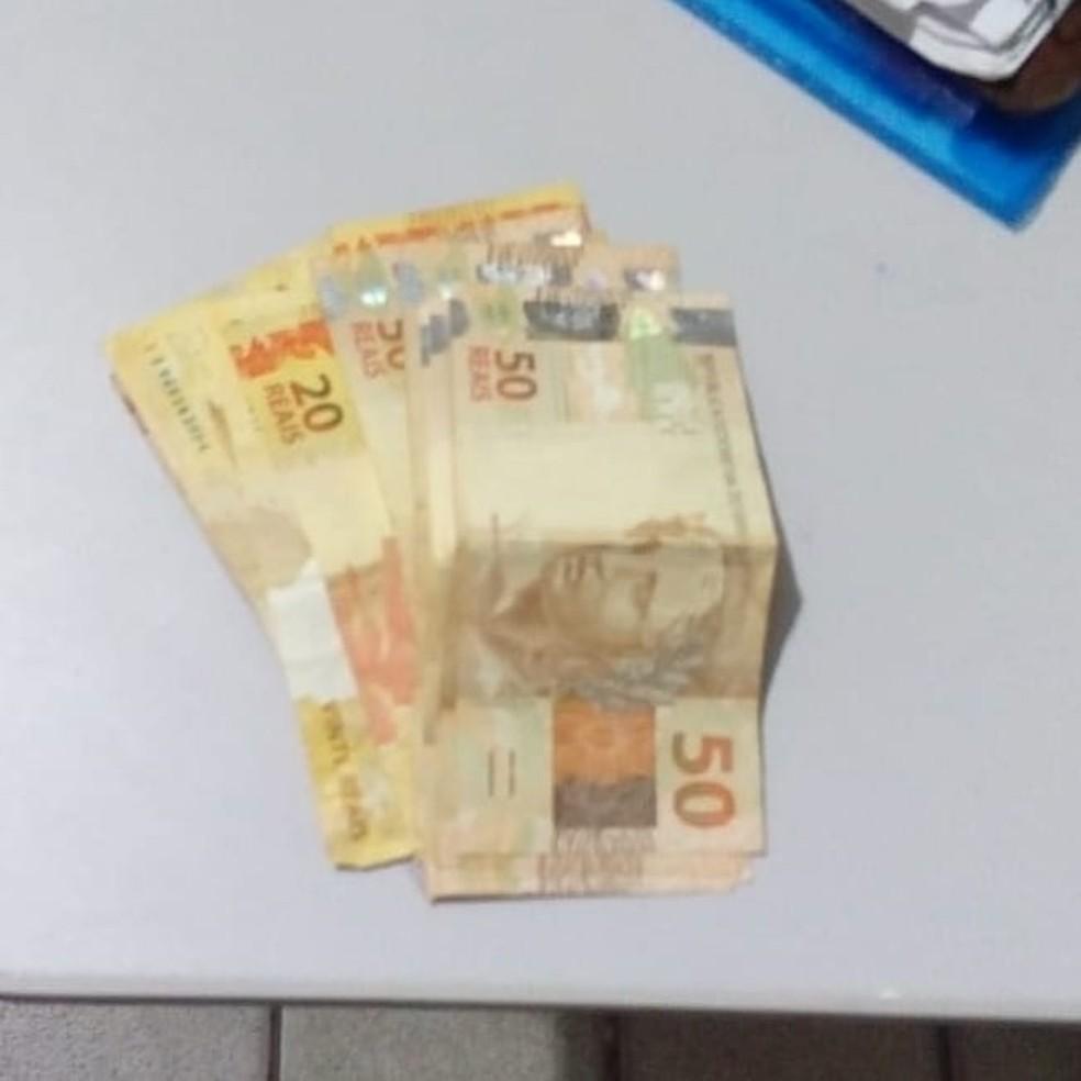 Dinheiro foi achado no bolso da calça do suspeito, após roubo dentro de agência da Caixa Econômica, no RN. — Foto: PM/Divulgação.