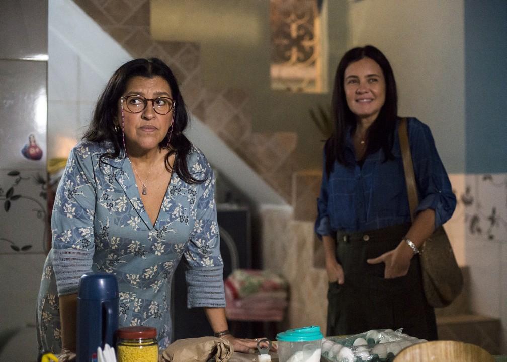 Regina Casé e Adriana Esteves em cena de 'Amor de Mãe' — Foto: Globo/Estevam Avellar