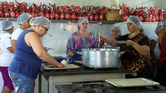 Mulheres de projeto social aprendem a fazer ovos de Páscoa em Olímpia