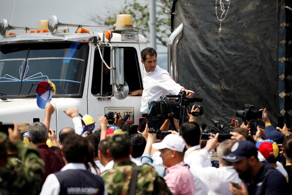 Juan Guaidó acompanha um dos caminhões que partiu neste sábado da Colômbia em direção à Venezuela transportando ajuda humanitária — Foto: REUTERS/Marco Bello