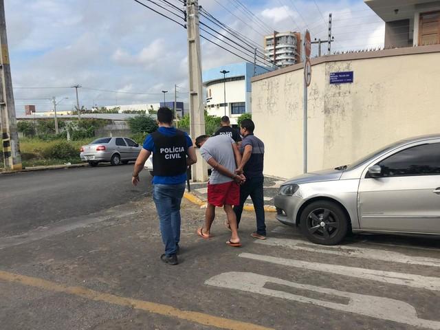 policia-civil-conduzindo