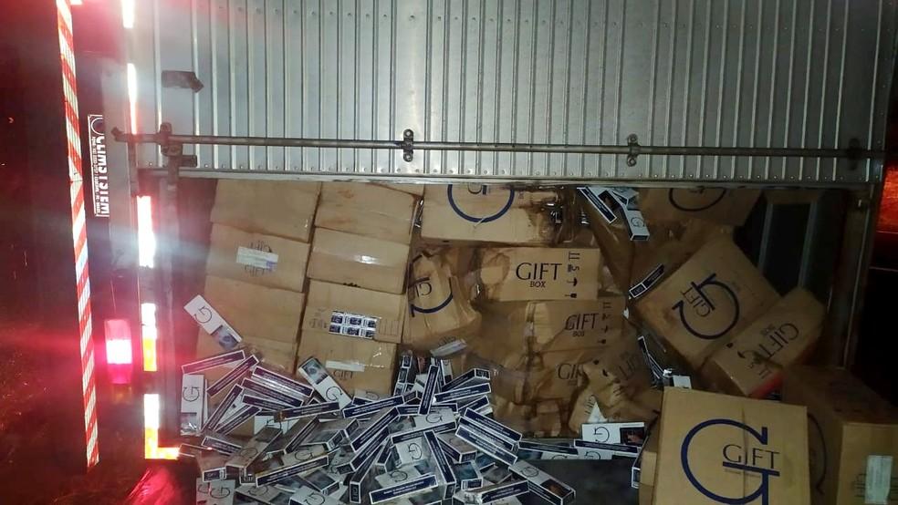 Dentro do baú, Polícia Rodoviária encontrou carga de cigarros do Paraguai estimada em 500 mil maços; PF fará a contagem oficial — Foto: The Brothers/Divulgação